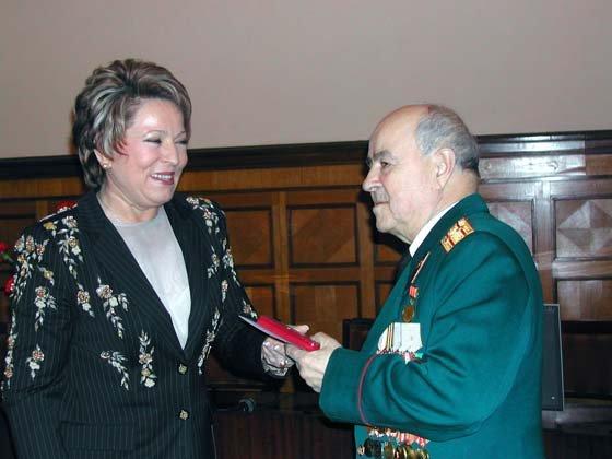 В. И. Матвиенко вручает А. П. Гаврину памятную медаль к 60-летию Победы.
